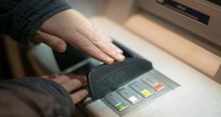 """Cần lưu ý để tránh mất tiền """"oan"""" khi dùng thẻ ATM"""